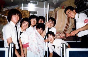 上野発の夜行列車に楽器積み(東北・北海道編) 4人掛けシート2つをつぶして楽器を積み上げます