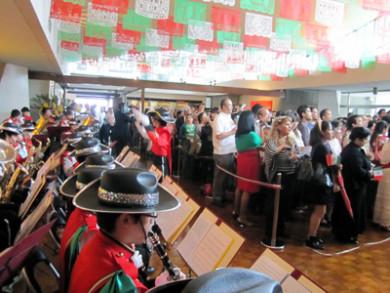 国旗栄誉礼を演奏・お客さんが見ているのは・・・