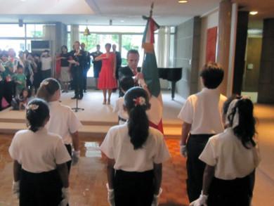 子供達から大使へ国旗の引き渡し式でした。