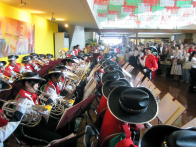 メキシコ関係曲を演奏中